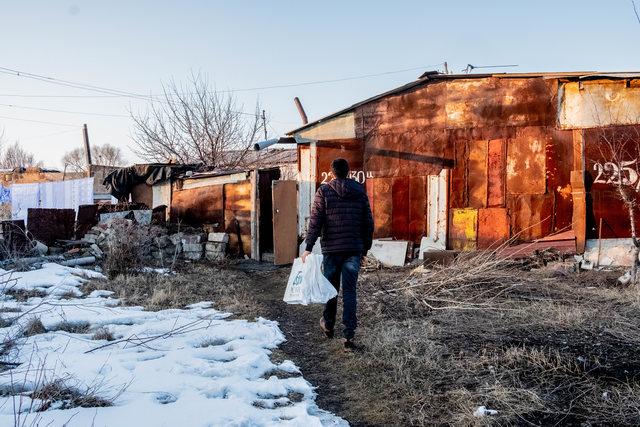 Biedne Dzieci z Armenii zniszczony dom