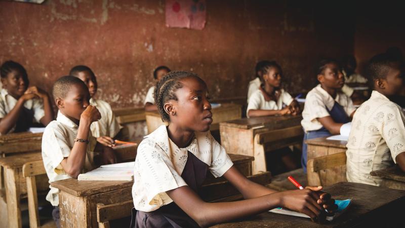 dziec-uczące-się-w-szkole-