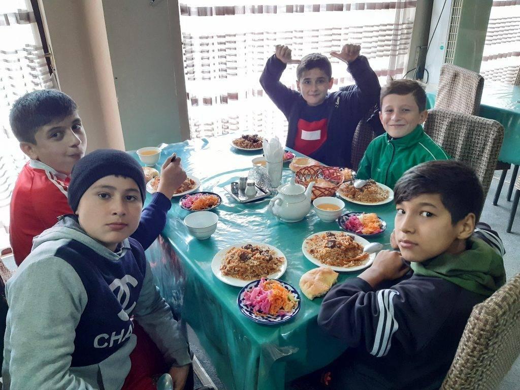 Poczęstunek dla dzieci po turnieju piłki nożnej