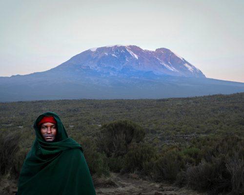 Człowiek na tle Kilimandżaro